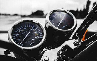 Nyd de lange sommeraftner på en motorcykel