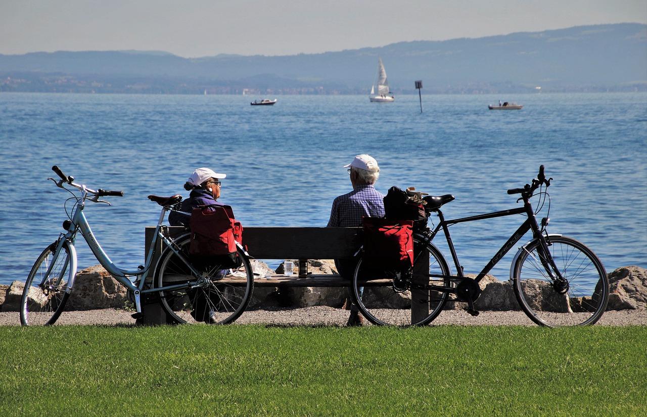 To mennesker på en bænk