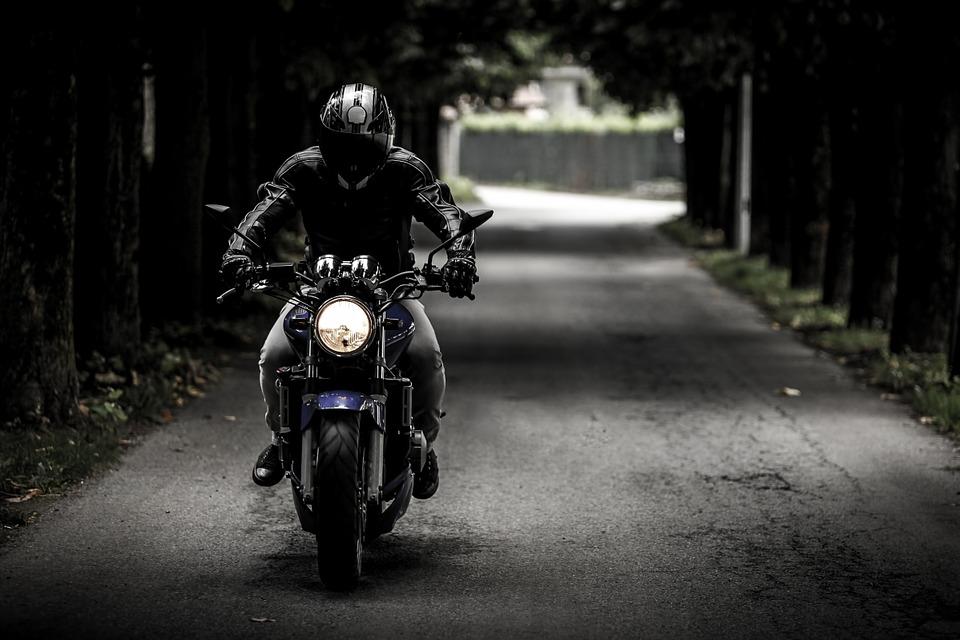 Motorcykel i mørk tunnel