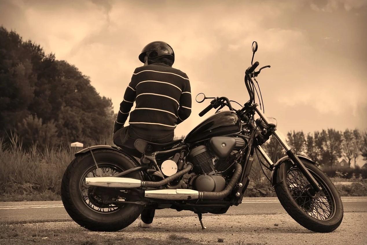 Mand slapper af ved motorcyklen