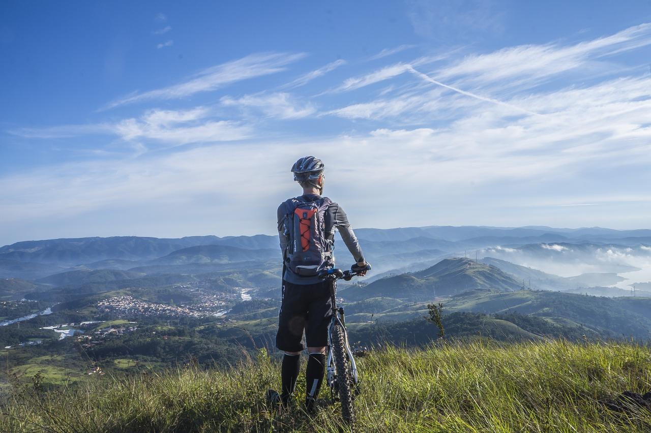 Mand med cykel kigger på udsigten