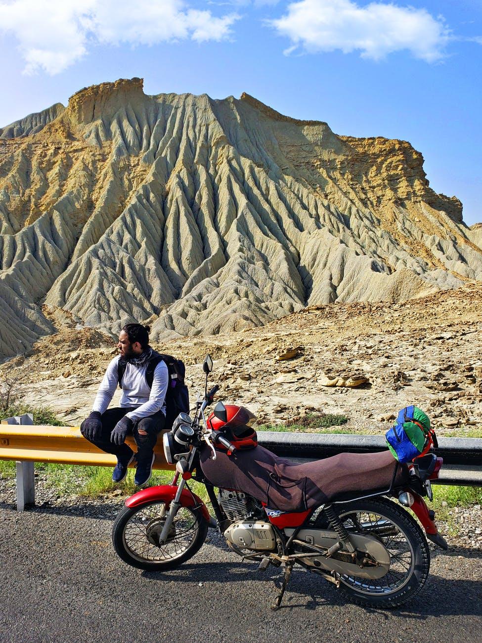 Bjerge og motorcykel