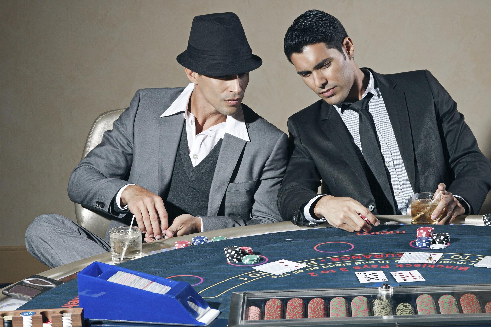 mænd spiller poker